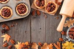秋天烘烤与胡桃馅饼的场面框架在木头 免版税库存照片