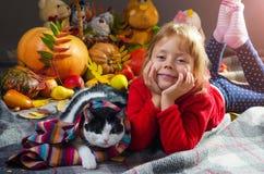 秋天照片;小女孩和猫,画象 库存图片