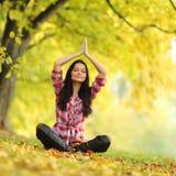 秋天瑜伽妇女 免版税库存图片