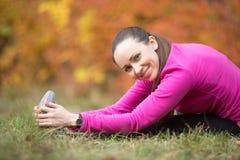 秋天瑜伽:供以座位的腿筋舒展姿势 库存图片