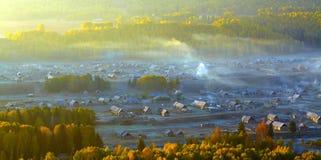 秋天瓷森林小的村庄 免版税库存照片