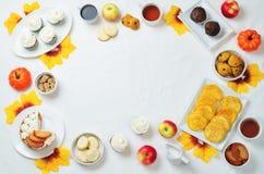 秋天甜点和烘烤庆祝桌设置 库存图片