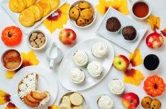 秋天甜点和烘烤庆祝桌设置 库存照片