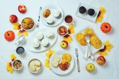 秋天甜点和烘烤庆祝桌设置 免版税库存图片