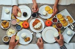 秋天甜点和烘烤庆祝frends概念 库存照片