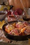 秋天甜盘烘烤了苹果和南瓜在一个煎锅有蜂蜜正面图在土气背景 库存图片