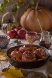 秋天甜盘烘烤了苹果和南瓜在一个煎锅用蜂蜜在土气背景 库存图片