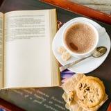 秋天生活方式-热巧克力曲奇饼,一揽子书 免版税库存图片