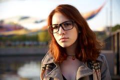 秋天画象在红发女孩公园日落光的 免版税图库摄影