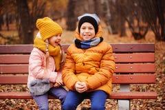 秋天画象愉快孩子使用室外在公园 免版税库存照片