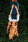秋天画象颠倒红头发人女孩有狂放的葡萄墙壁的 免版税库存照片