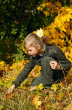 秋天白肤金发的女孩年轻人 库存图片