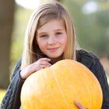 秋天白肤金发的女孩藏品南瓜 库存图片