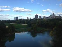 秋天的乌龟池塘在眺望楼城堡在中央公园,曼哈顿前面 图库摄影