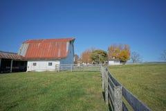 秋天的农村谷仓与蓝天 库存照片