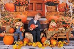 秋天的可爱的小男孩 库存照片