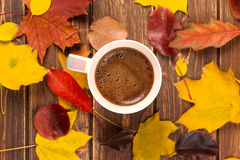 秋天的咖啡杯 免版税图库摄影