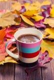 秋天的咖啡杯 免版税库存图片