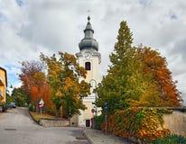 秋天的天主教会Gainfarn 坏Voeslau,奥地利 库存照片