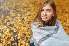 秋天的女孩 免版税库存照片