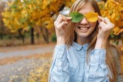 秋天的女孩 免版税库存图片