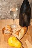 秋天的庆祝与一块变冷的玻璃和葡萄酒瓶的香槟 库存图片