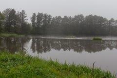秋天的有雾的河 免版税库存图片