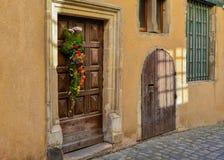 秋天的构成在一个木门开花 库存照片