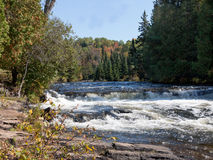 秋天的河与瀑布 免版税库存照片