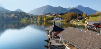 秋天的湖Grundlsee在日出期间 阿尔卑斯的视图 村庄Grundlsee,施蒂里亚,奥地利 免版税图库摄影