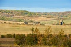 秋天的牧场地与农场和风轮机 免版税库存照片