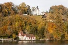 秋天的瑞士湖边平地 图库摄影