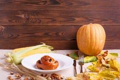秋天的秋天概念下落的叶子在桌布的 图库摄影