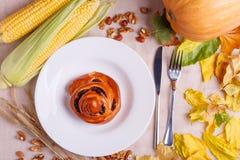 秋天的秋天概念下落的叶子在桌布的 免版税库存图片