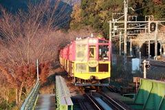 秋天的经典火车在Kameoka Torokko驻地它是Sagano浪漫火车 免版税库存图片
