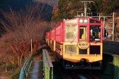 秋天的经典火车在Kameoka Torokko驻地它是Sagano浪漫火车 免版税库存照片