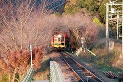 秋天的经典火车在Kameoka Torokko驻地它是Sagano浪漫火车 库存照片