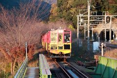 秋天的经典火车在Kameoka Torokko驻地它是Sagano浪漫火车 库存图片