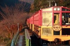 秋天的经典火车在Kameoka Torokko驻地它是Sagano浪漫火车 免版税图库摄影