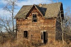 秋天的被放弃的房子 免版税库存照片