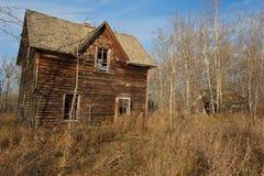 秋天的被放弃的房子 免版税库存图片