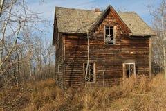 秋天的被放弃的房子 库存照片
