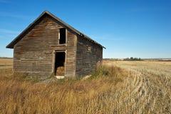 秋天的被放弃的老粮仓 库存图片