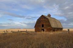 秋天的被放弃的老谷仓 免版税库存照片