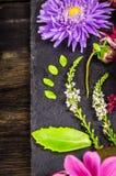 秋天的装饰在黑暗的桌,花卉背景上开花, 库存照片
