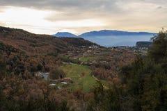 秋天的褐色与谷的绿色混合 库存图片