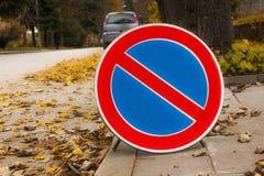 秋天的路和禁止标志 库存照片