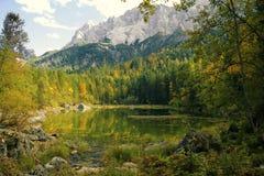 秋天的高山湖 免版税库存照片