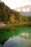 秋天的高山湖 库存照片
