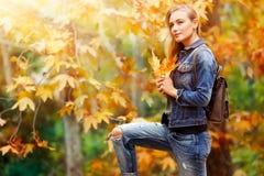 秋天相当女孩公园 免版税图库摄影